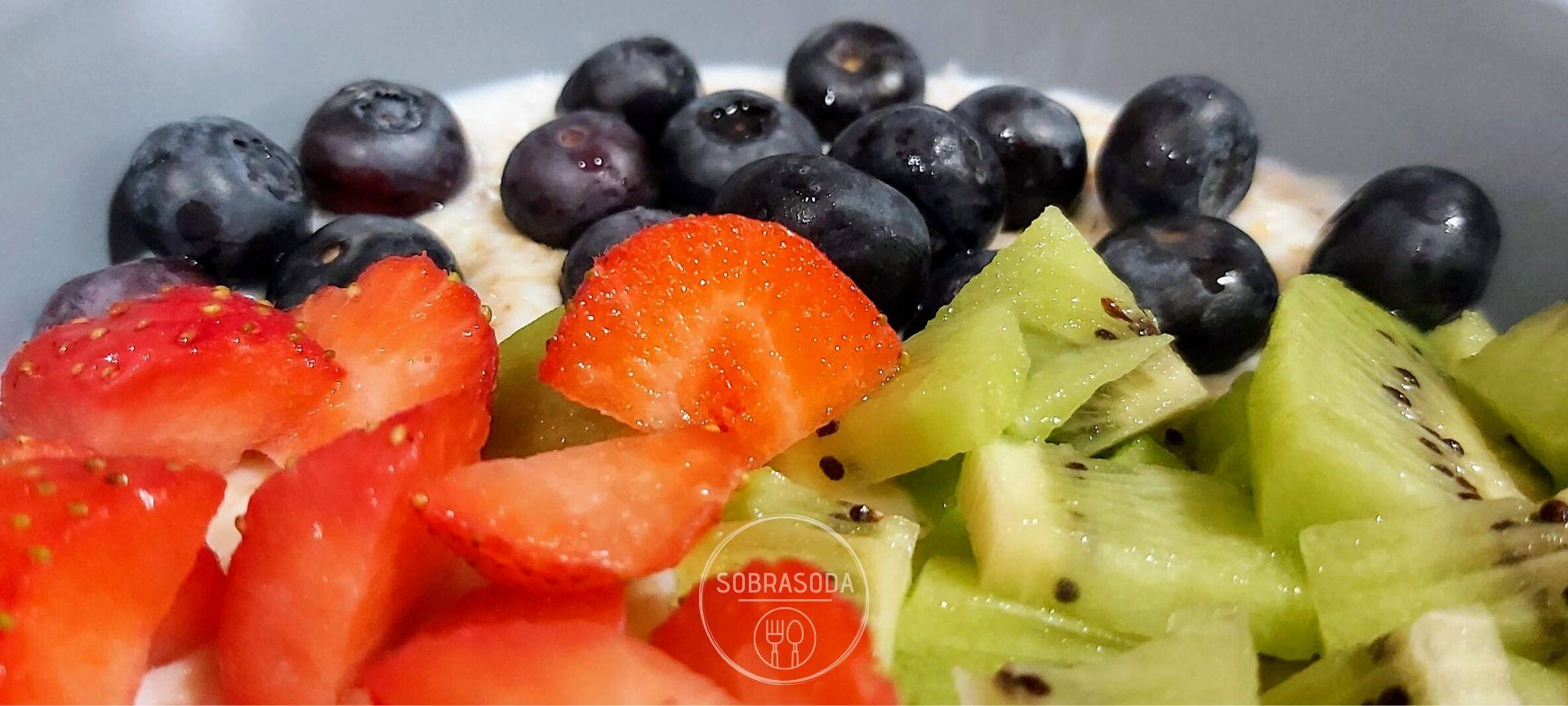 Sobrasoda - Porridge con kiwi, arándonos y fresas